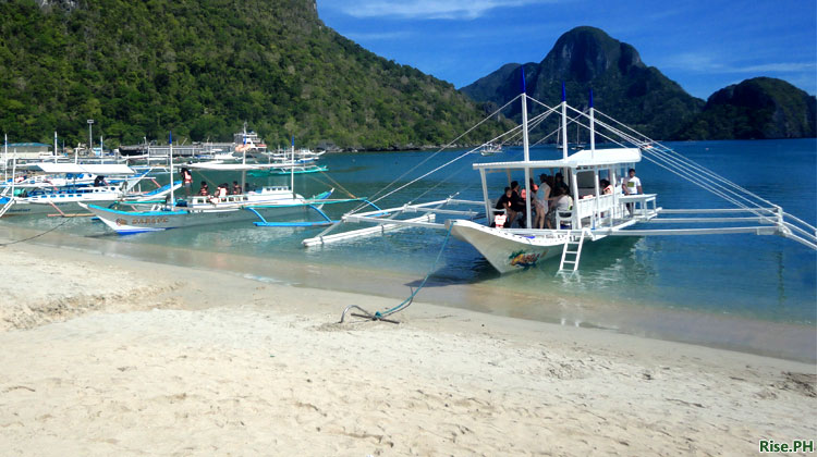 tourists in El Nido Palawan
